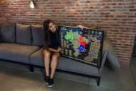 Combo de Mapa do mundi e Brasil em filete com vidro no sofa