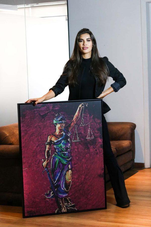 quadros para escritorio de advocacia Quadro Themis A Deusa da Justiça em filete com detalhe com a modelo abaixo