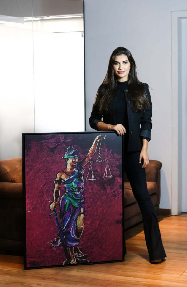 quadros para escritorio de advocacia Quadro Themis A Deusa da Justiça em filete com detalhe com a modelo