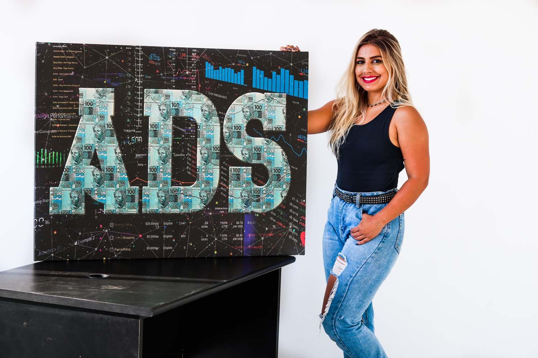 Quadro ADS - Quadro para escritorio de anunciante em facebook ads, google ads e outras redes de trafego pago em tela com detalhe na mesa