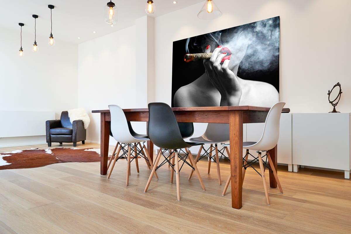 Quadro 50 Notas de Fumaça ao Som de Marilyn Monroe em tela com detalhe na mesa