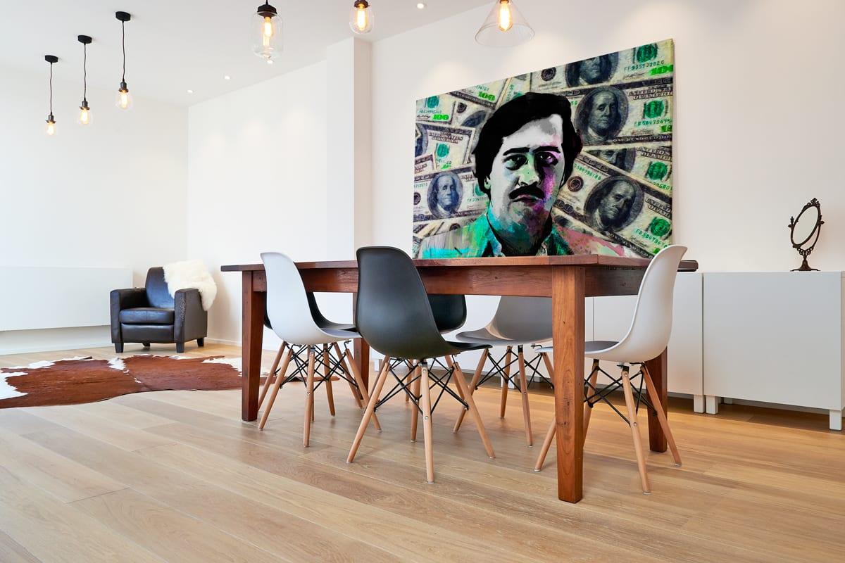 Quadro Pablo Escobar Especial Edition em tela com detalhe na mesa