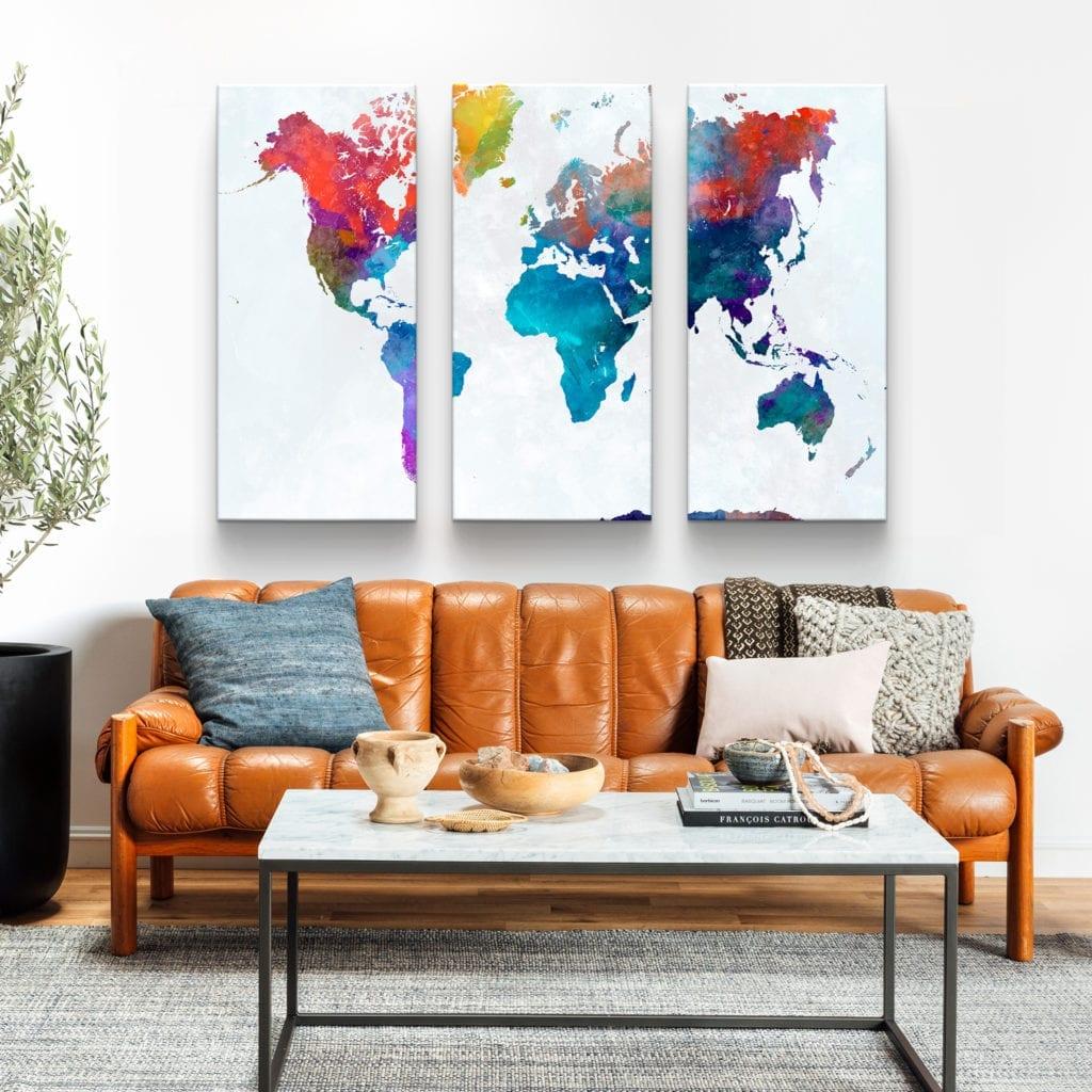 conjunto de 3 peças Quadros Mapa Mundi Colorido em tela em detalhe na sala